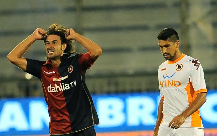 Cagliari's midfielder Daniele Conti (L)