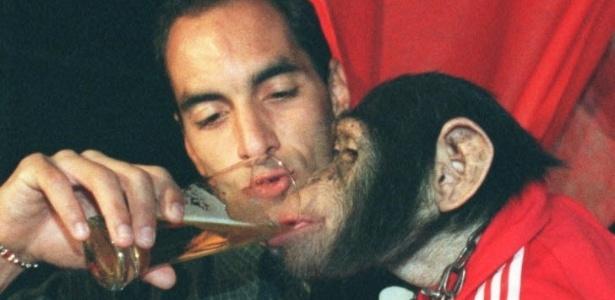 Edmundo e uno scimpanzè.